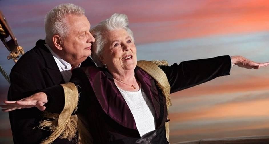 """""""I'm the king of the world"""": Erna Rütt, de 86 anos, e Alfred Kelbch, de 81, reproduzem a clássica cena dos personagens de Kate Winslet e Leonardo DiCaprio na proa no navio do filme """"Titanic"""""""