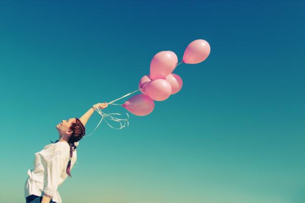 Mulher segurando balão do Shutterstock