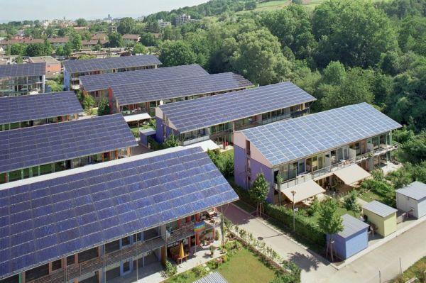 Todas as casas possuem telhado verde e painéis solares